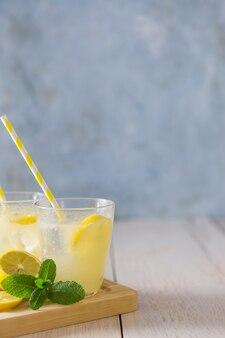 Copos de limonada com canudos