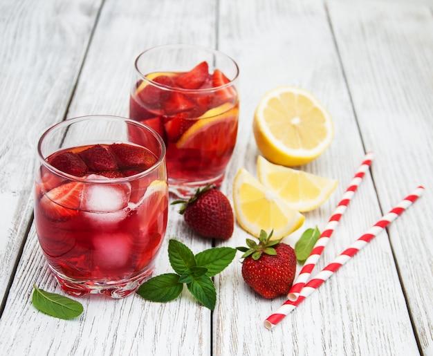 Copos de limonada com morangos