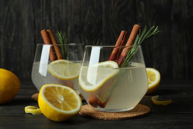Copos de limonada no fundo de madeira, close-up