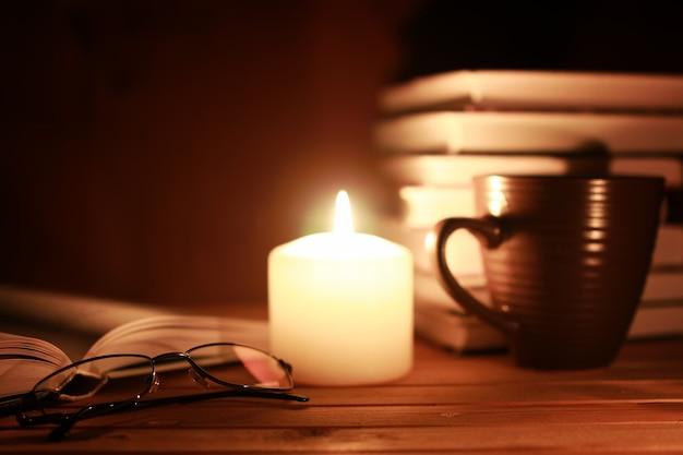 Copos de livro à noite à vela