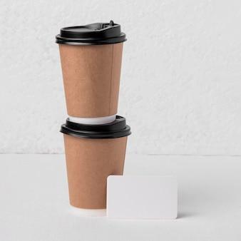 Copos de papel de café de vista frontal com etiqueta em branco