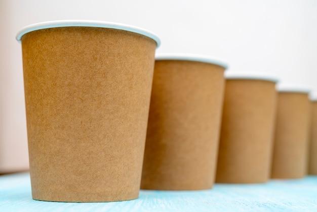 Copos de papel descartáveis marrons para bebidas.