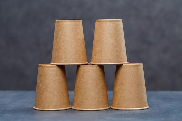 Copos de papel para beber, pratos. pratos descartáveis de papelão feitos de materiais ecológicos. não obstrui a natureza pratos ecológicos, descartáveis, reutilizáveis e compostáveis.