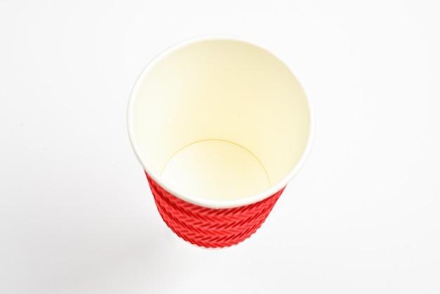 Copos de papel para várias bebidas. vermelho, verde, marrom. copos de papel vazios. isolado no branco.