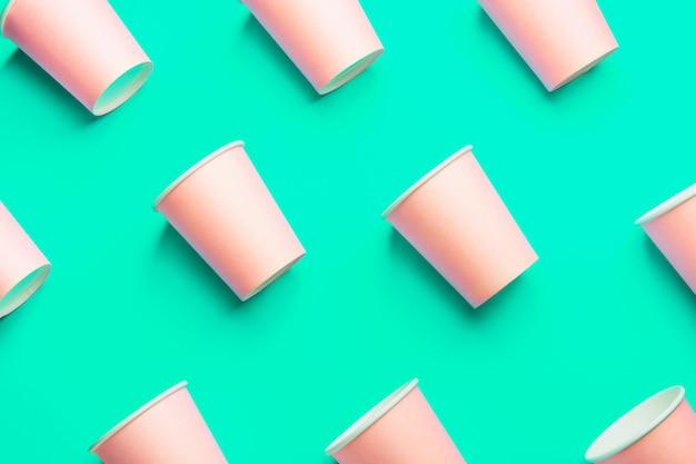 Copos de papel rosa sobre fundo verde