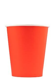 Copos de papel vermelho e laranja para bebidas isolados em um fundo branco