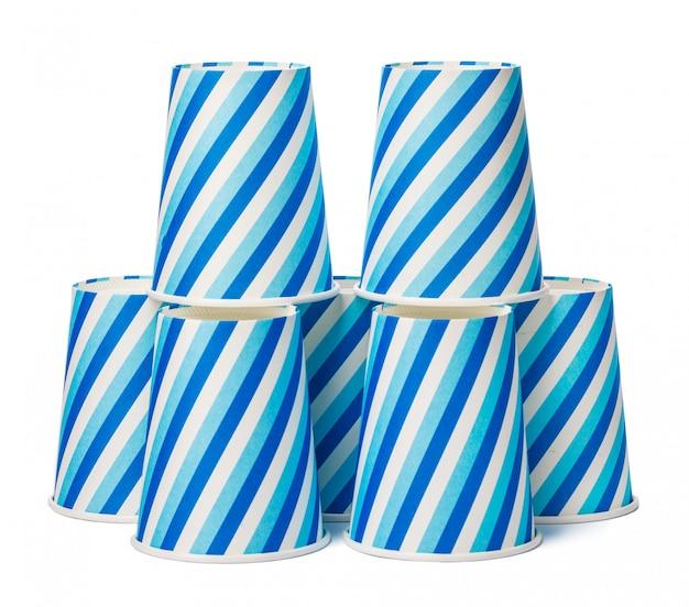 Copos de papelão decorados com padrão de linhas azuis em fundo branco