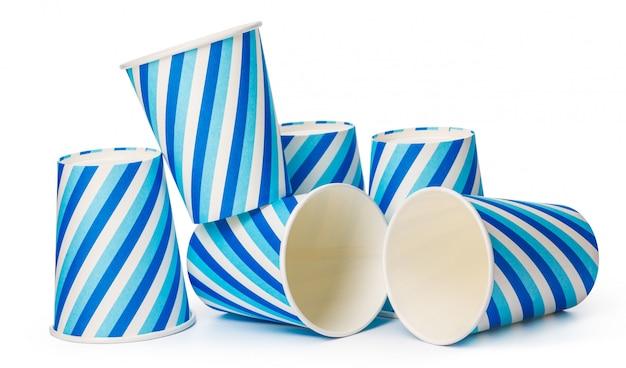 Copos de papelão decorados com padrão de linhas azuis, isolado no fundo branco