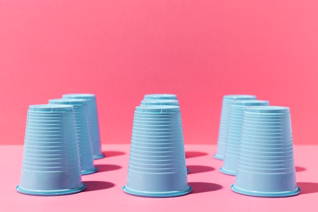 Copos de plástico azuis de cabeça para baixo de vista frontal