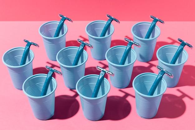 Copos de plástico azuis e lâminas de barbear