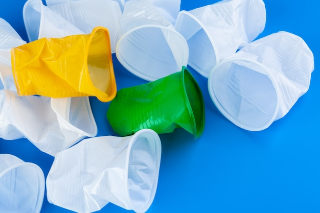 Copos de plástico lixo