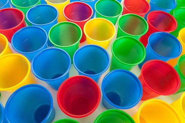 Copos de plástico multicoloridos isolados