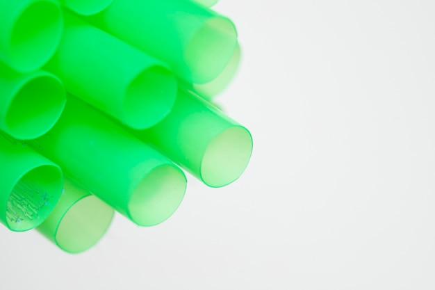 Copos de plástico verde para cópia-espaço