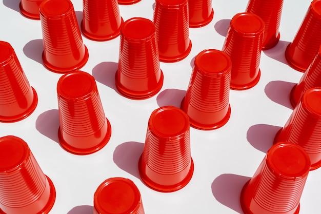Copos de plástico vermelho