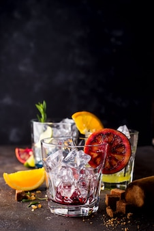 Copos de spritz aperitivo aperol cocktail com fatias de laranja e cubos de gelo