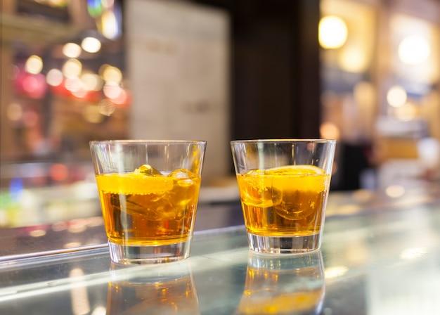 Copos de spritz aperitivo coquetel com fatias de laranja