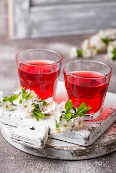 Copos de suco de cereja saudável