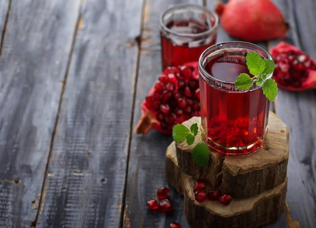 Copos de suco de romã vermelha