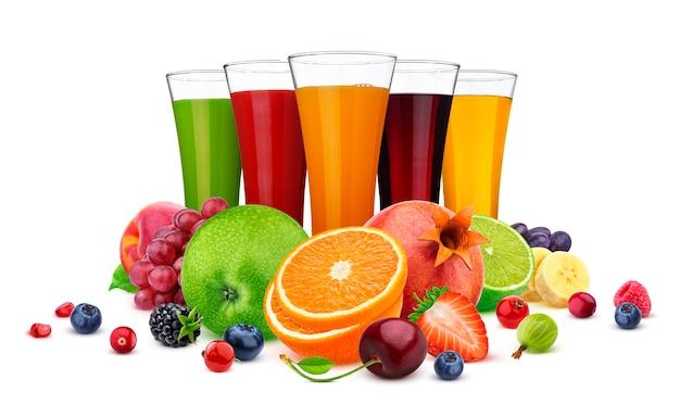 Copos de suco diferente, frutas e bagas isolados no branco