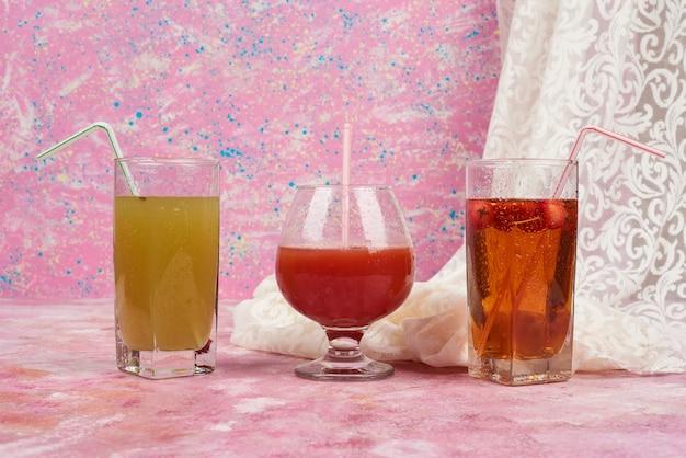 Copos de suco em cores diferentes.