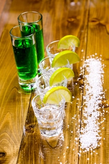 Copos de tequila no bar