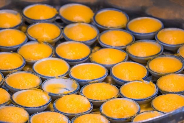 Copos de toddy palm cake (kanom tan) - famosa sobremesa tradicional da tailândia