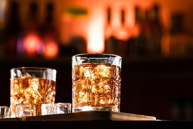 Copos de uísque com gelo em um lounge bar