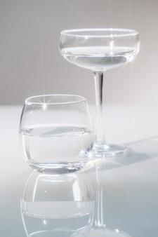 Copos de vidro com água potável. copie o espaço.