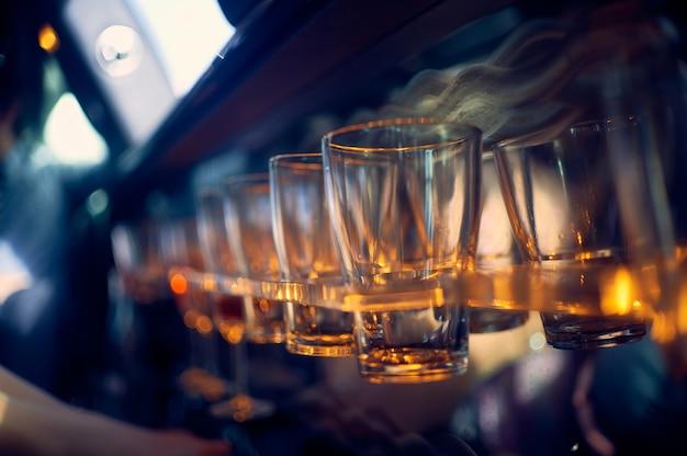Copos de vidro em um suporte no bar