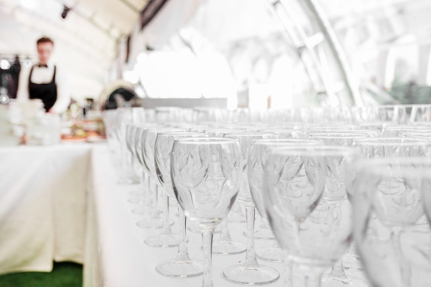Copos de vidro vazios na mesa do restaurante
