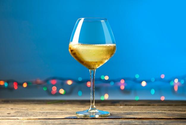 Copos de vinho branco na mesa de madeira