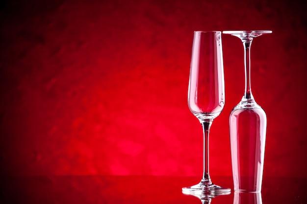 Copos de vinho com vista frontal, um está de cabeça para baixo