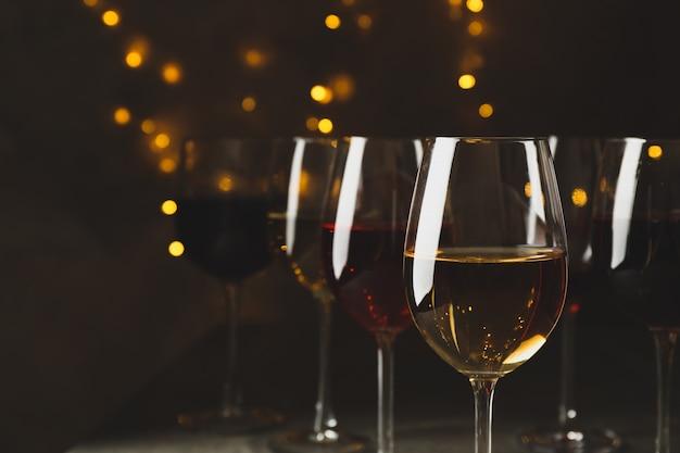 Copos de vinho contra um fundo com luzes desfocadas