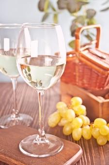 Copos de vinho de uva branca com uvas
