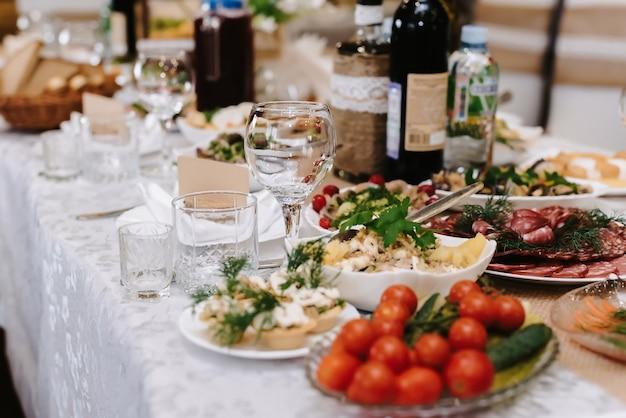 Copos de vinho e bebidas na mesa festiva do restaurante