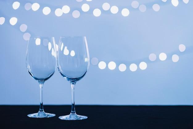 Copos de vinho e luzes de fadas