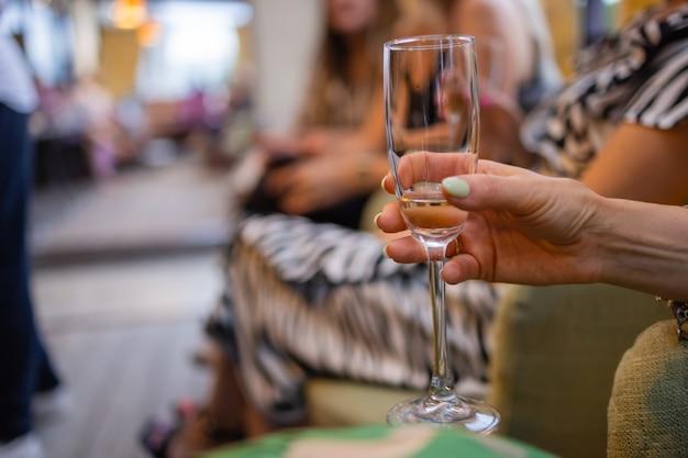 Copos de vinho nas mãos de mulheres.