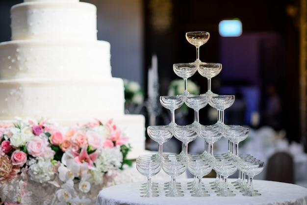 Copos de vinho para uma festa de noite