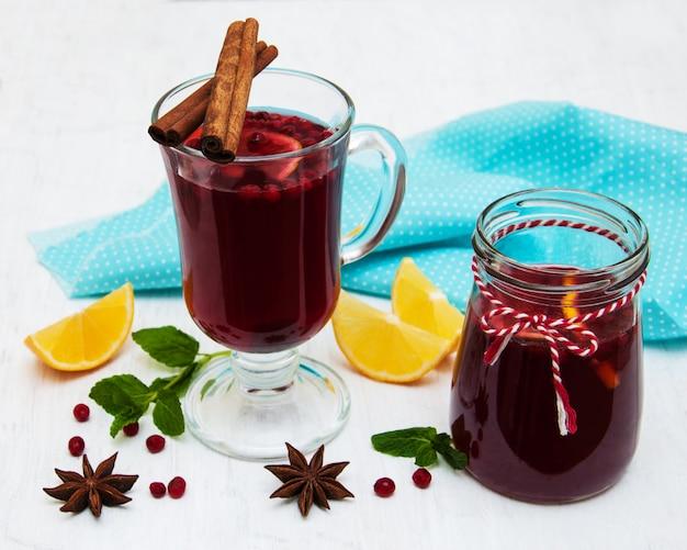 Copos de vinho quente com limão e cranberries