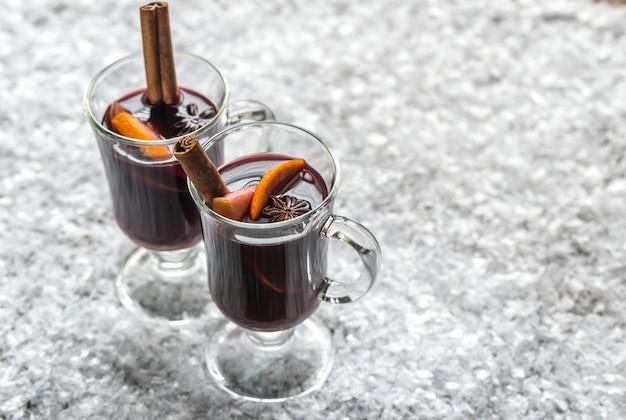 Copos de vinho quente na neve