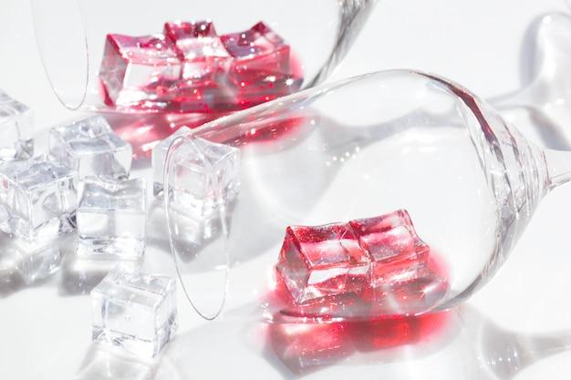 Copos de vinho tinto e cubos de gelo