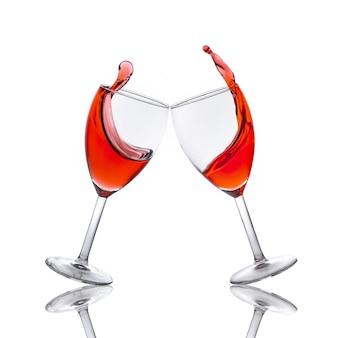Copos de vinho tinto e o vinho derramado