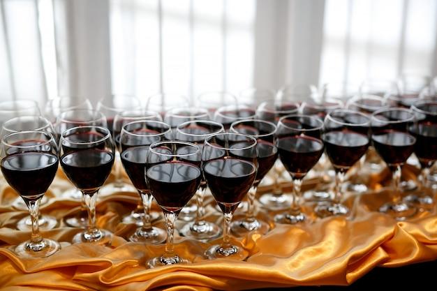Copos de vinho tinto em uma mesa em uma festa
