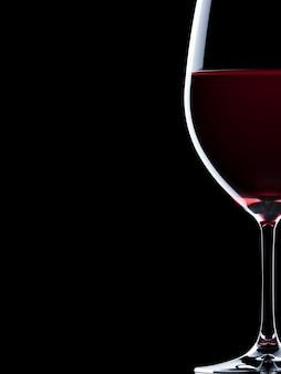 Copos de vinho tinto isolados no fundo preto. ilustração de renderização 3d.