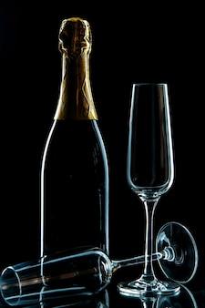 Copos de vinho vazios de vista frontal com champanhe na foto de vinho de bebida preta transparente