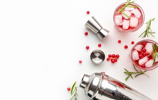 Copos de vodka cranberry com gelo e espaço de cópia