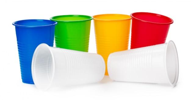 Copos descartáveis coloridos para bebidas isoladas no branco