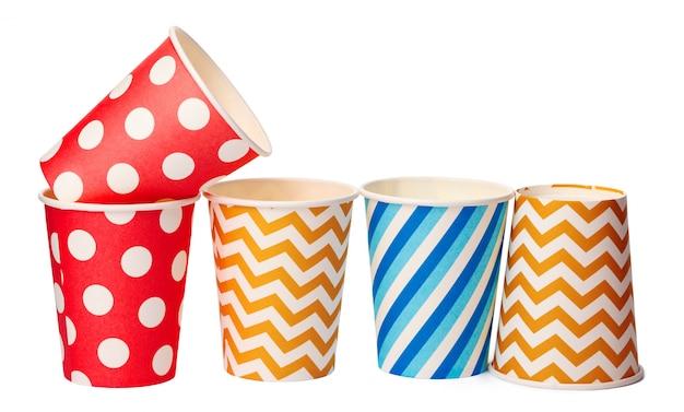 Copos descartáveis de papel com padrão colorido, isolado no fundo branco
