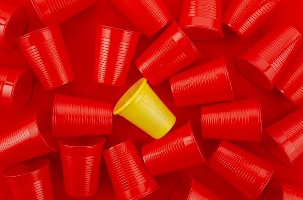 Copos descartáveis de plástico de vista superior