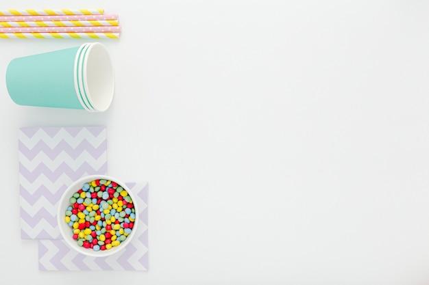 Copos e canudos de plástico